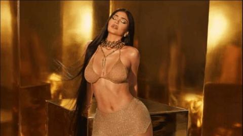 Kylie Jenner, altın görünümüyle sosyal medyada parlıyor