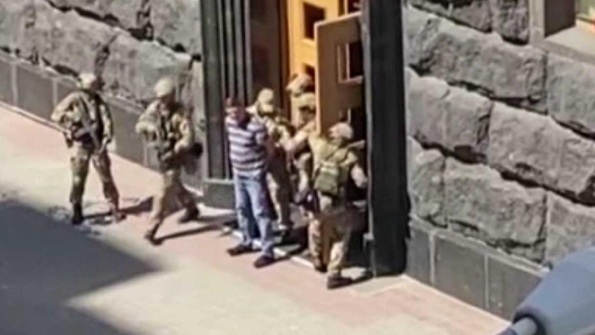 Ukrayna'da bombalı saldırı paniği: Bakanlar Kurulu'nu bastı