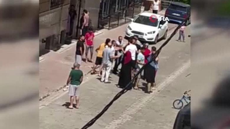 Taciz iddiası mahalleyi karıştırdı! Tekme tokat linç girişimi kamerada