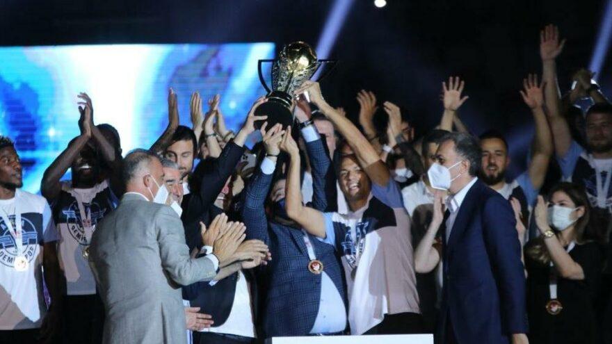 Adana Demirspor taraftarıyla kupasına kavuştu