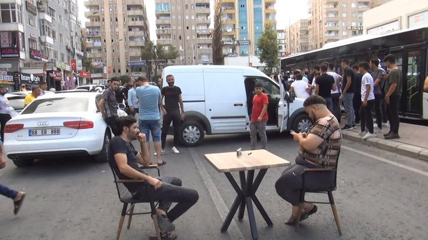 Yolu masa sandalye ile kapatıp, elektrik kesintilerini protesto ettiler