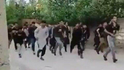 Van'a giriş yapan göçmenler mahalle arasında koşarken görüntülendi