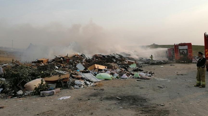 Silivri'de ağaçlık ve çöplük alanda yangın