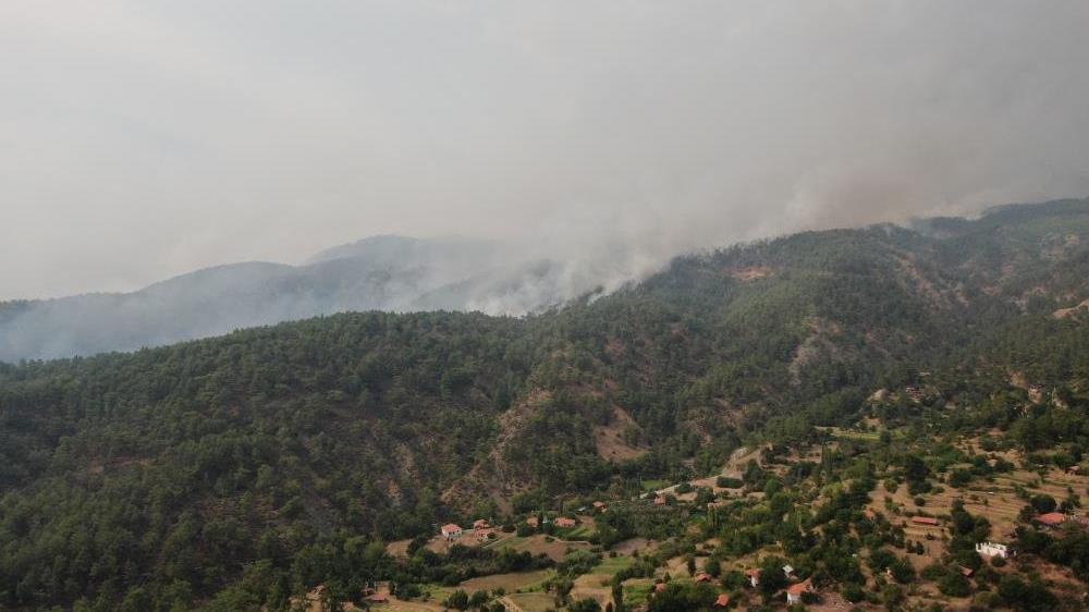 Köyceğiz'de orman yangını büyüdü, 3 kişi mahsur kaldı
