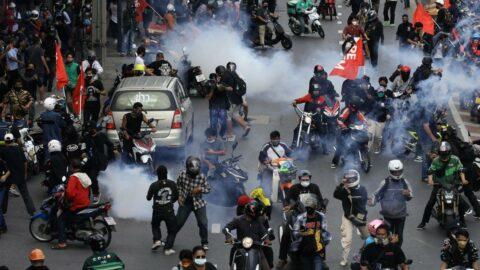 Bangkok'ta hükümet protestoları: Sokaklar savaş alanına döndü