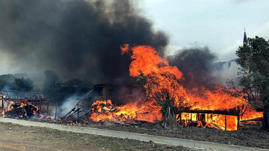 Bolu'da bir evde başlayan yangın, 3 ev ve 3 ahıra sıçradı