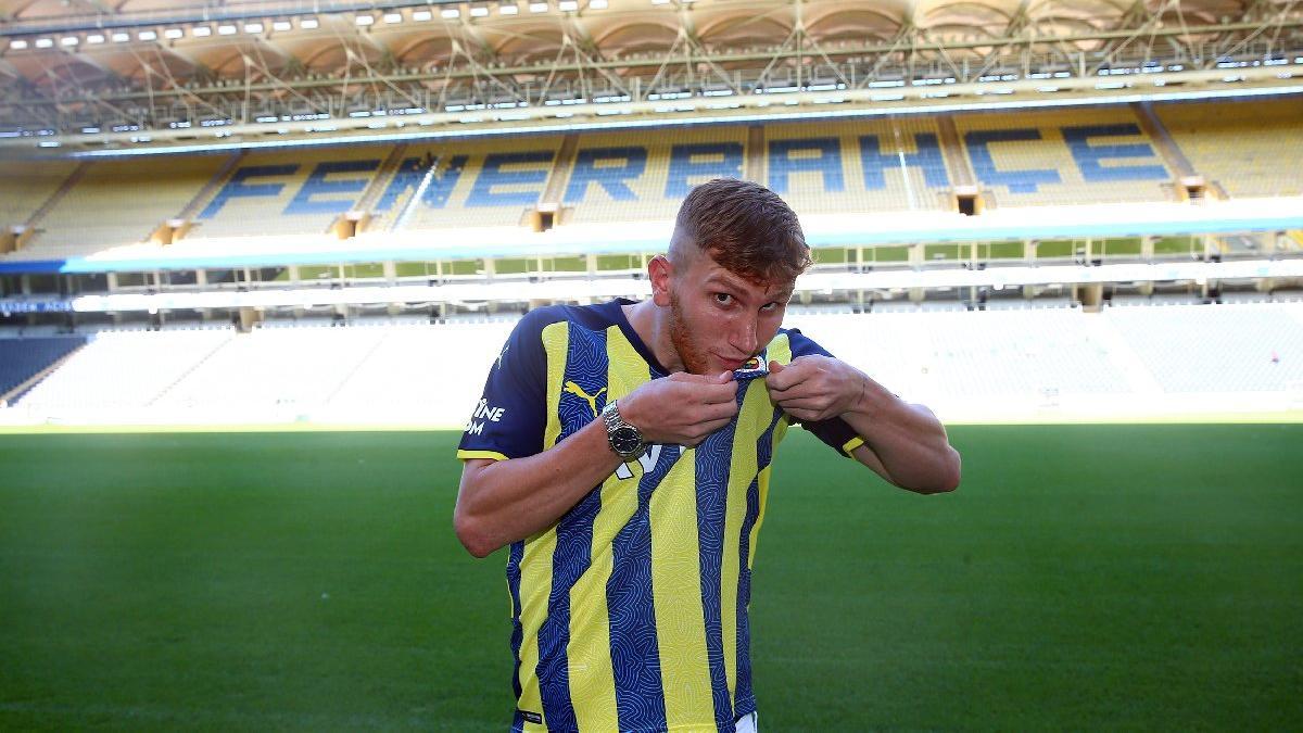 Fenerbahçe, Burak Kapacak'a 5 yıllık imza attırdı