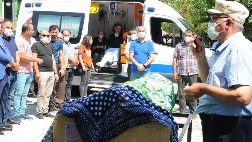 8 yaşındaki kızının son yolculuğuna uğurlanışını ambulanstan izledi