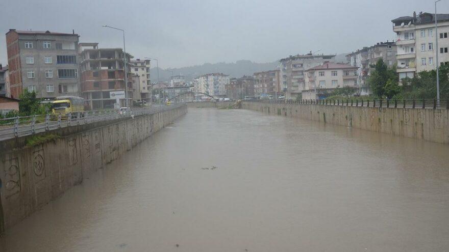 Sağanak sonrası evleri su bastı! Validen kritik uyarı