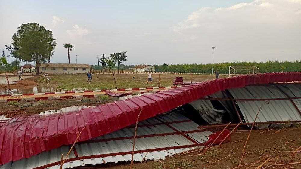 Adana'da fırtına çatı uçurdu