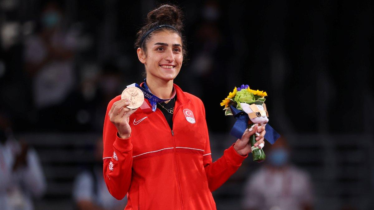 Hatice Kübra İlgün, olimpiyat madalyasını babasının mezarına götürdü