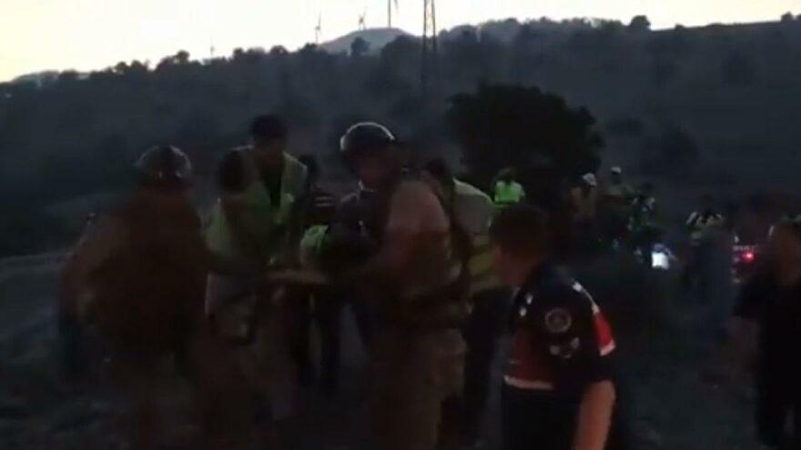 Üzerine yanan ağaç düşen orman görevlisi hastaneye kaldırıldı
