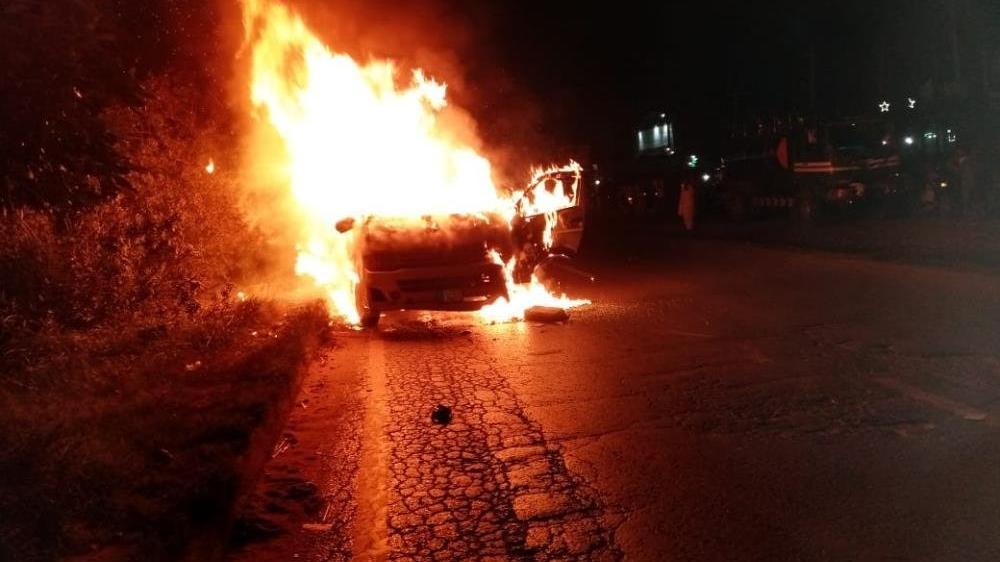 Pakistan'da yolcu minibüsü alev topuna döndü: 10 ölü