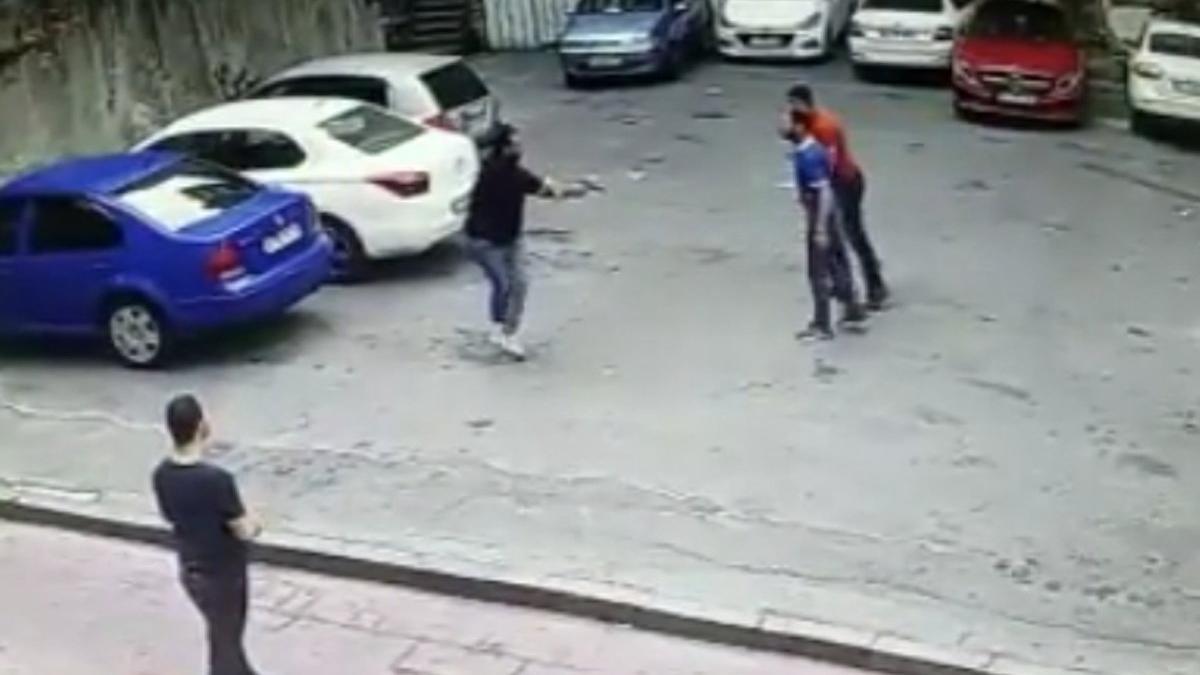 Beyoğlu'nda silahlı kavga, iki kişi vurup kaçtı