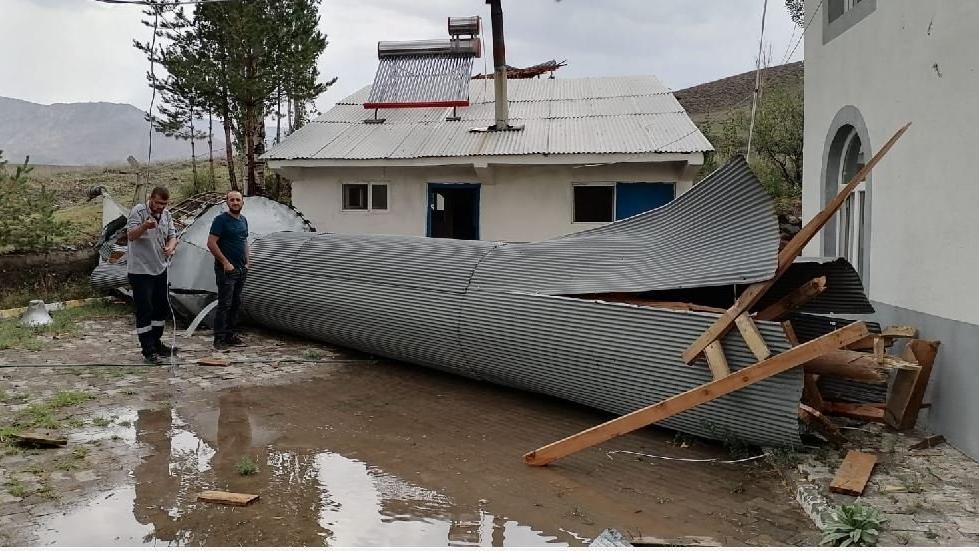 Şiddetli fırtına 30 senelik caminin minaresini yıktı