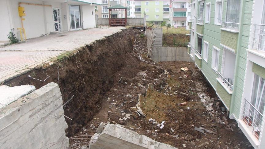 Sağanak sırasında apartmanın istinat duvarı çöktü