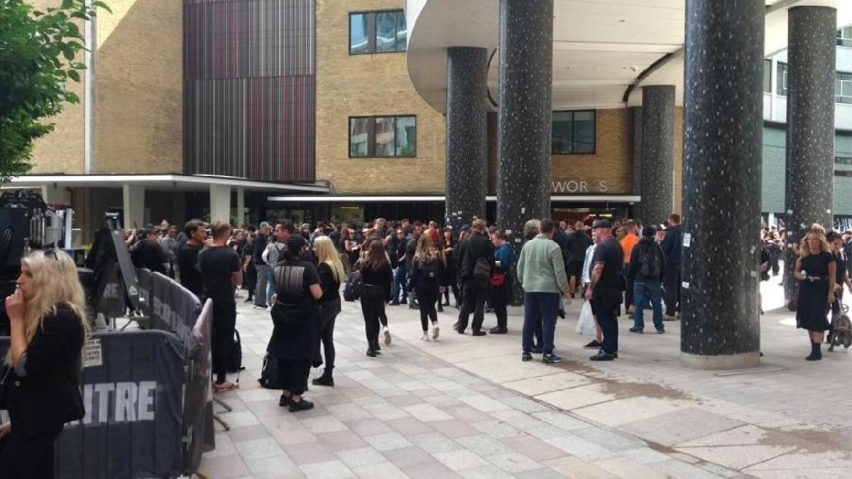 İngiltere'de aşı karşıtları BBC binasını basmaya çalıştı