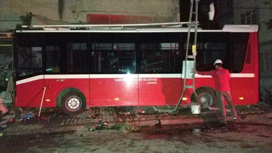 Araçla çarpışan halk otobüsü, markete daldı! 8 yaralı