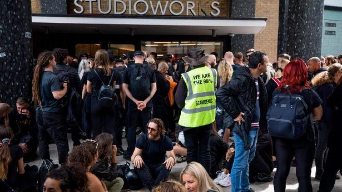 Aşı karşıtları BBC binasını bastı