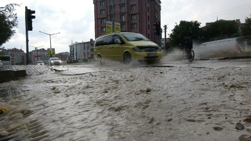 Aniden bastırdı, iki ilde sokaklar göle döndü