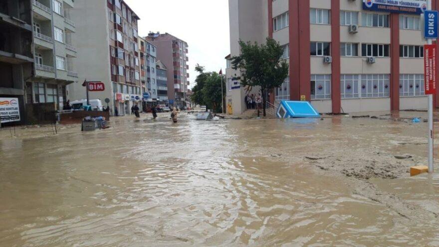 Sinop Türkeli sel teslim! Çatılarında mahsur kalanlar helikopterle kurtarıldı