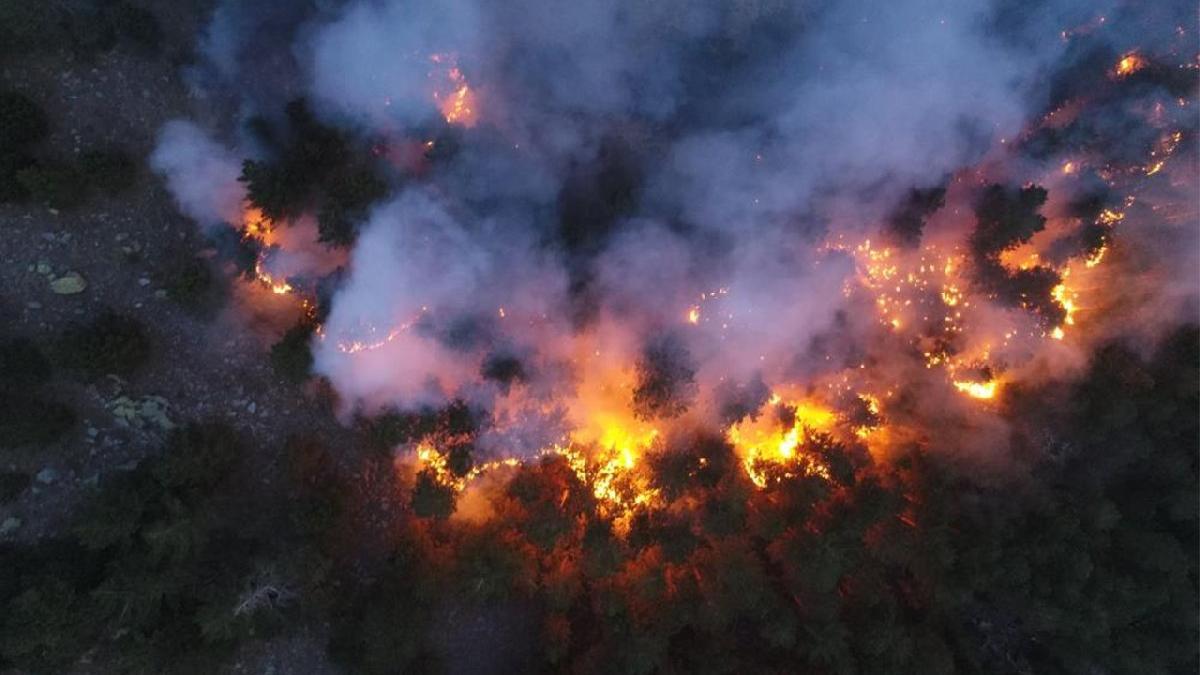 Burdur'da korkutan gelişme! Evler boşaltıldı, yangın Antalya'ya ilerliyor