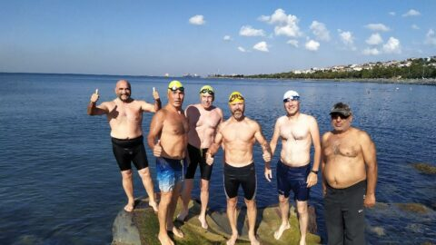 Avcılar'da her sabah yüzerek güne başlıyorlar