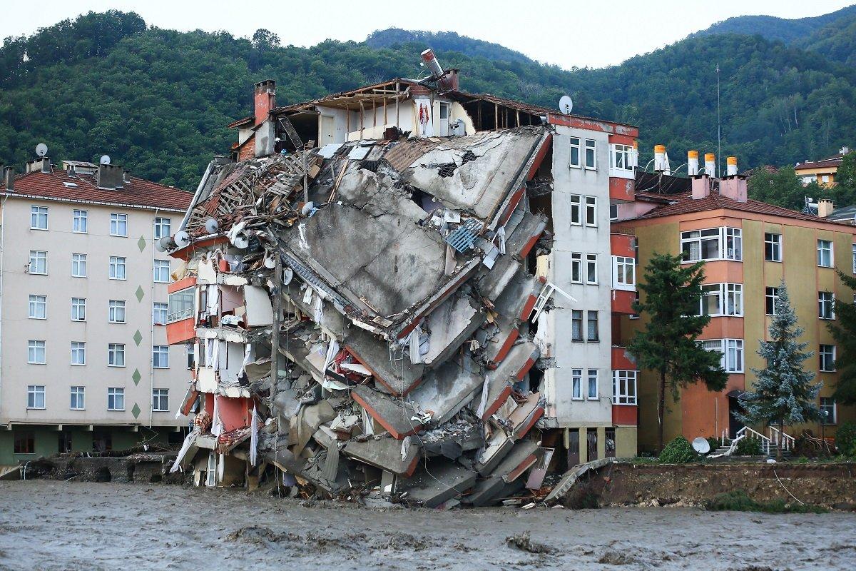 Kastamonu'da sel! Binalar çöktü, altı kişi öldü