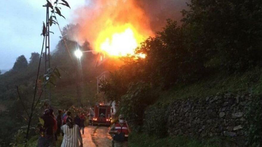 Trabzon'un Çaykara ilçesindeki yangın paniğe neden oldu