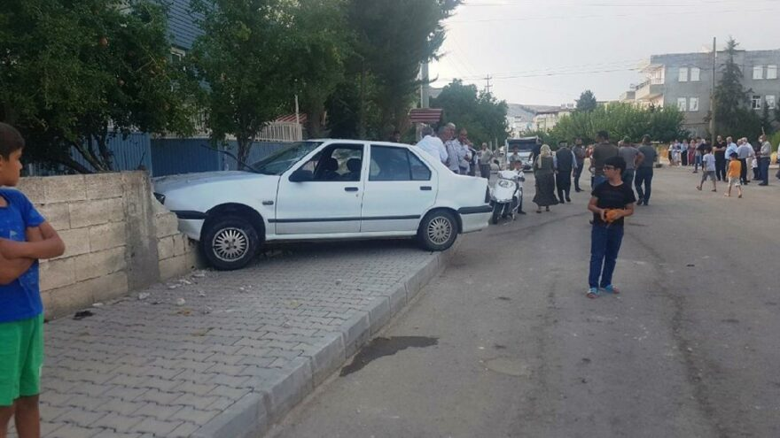 Kaldırımdaki 4 kişiye çarptı, aracı bırakıp kaçtı