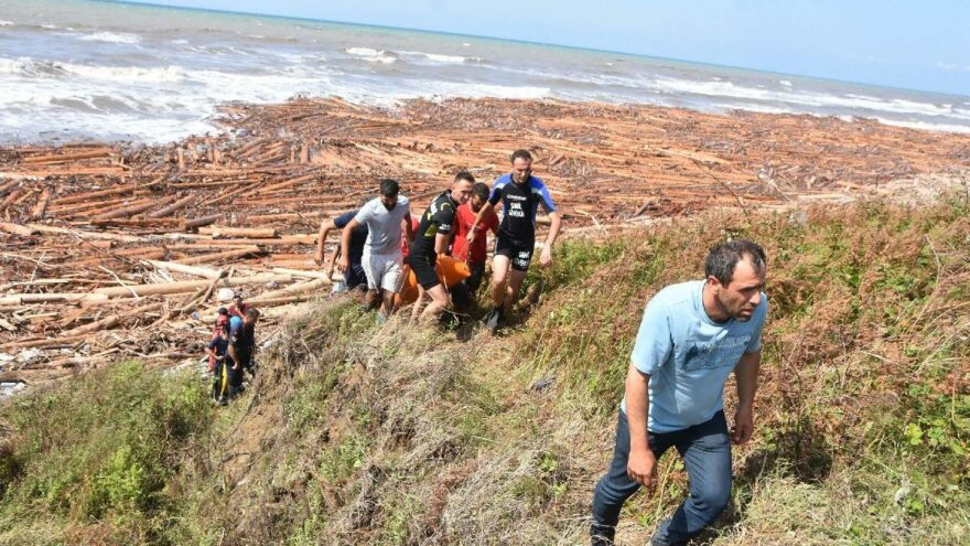 Sinop'ta tomruklarla birlikte sahile ceset vurdu