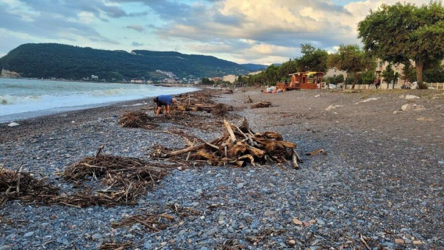 Kışlık odun ihtiyaçlarını sahile vuran odundan karşılıyorlar