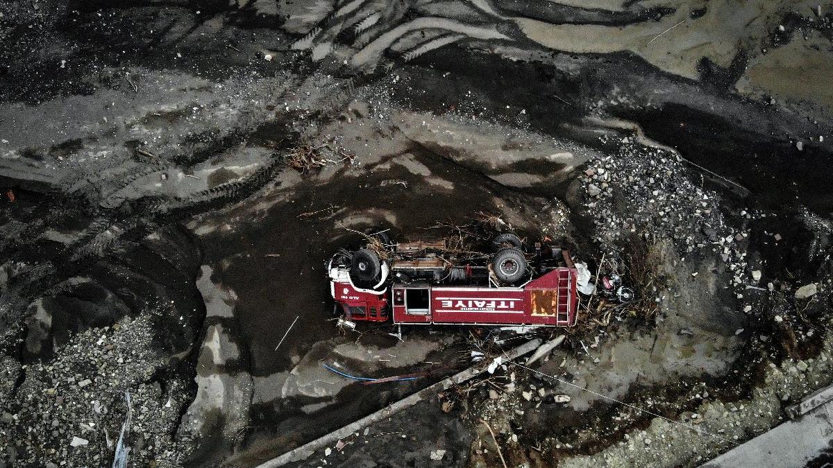 Sel felaketi yüzlerce aracı çamura gömdü