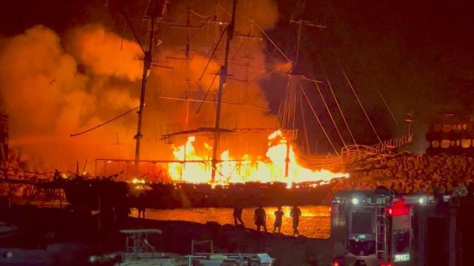 Tur tekneleri alev alev yandı
