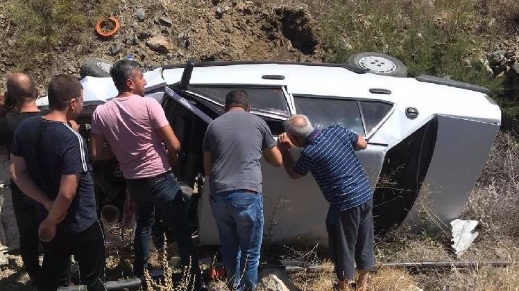 Turist taşıyan midibüse çarpan otomobil şarampole düştü