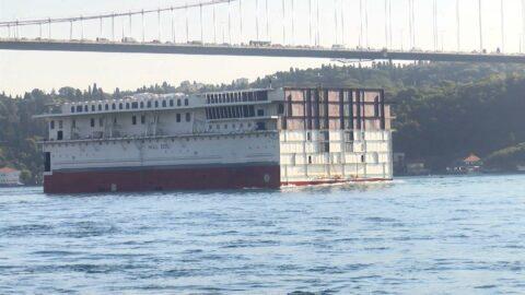 Dev geminin parçası İstanbul Boğazı'ndan geçti
