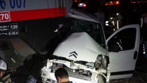 Trenin çarptığı otomobildeki 2 kişi hayatını kaybetti