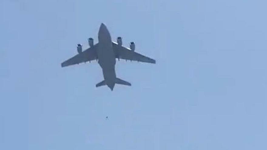 Kan donduran görüntü: Afganistan'dan kaçarken uçaktan düştükleri iddia edildi