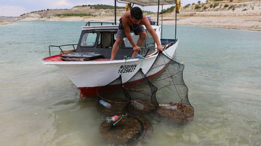 Keban'da avladığı kerevitten ayda 100 bin lira kazanıyor