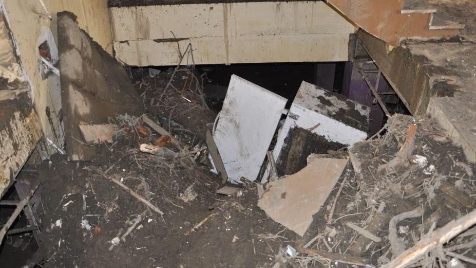 Tavanı yangın tüpüyle kırarak selden kurtuldu