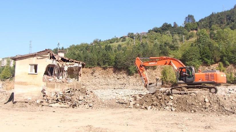 Sinop'ta selde hasar gören afet evlerinin yıkımında hüzün
