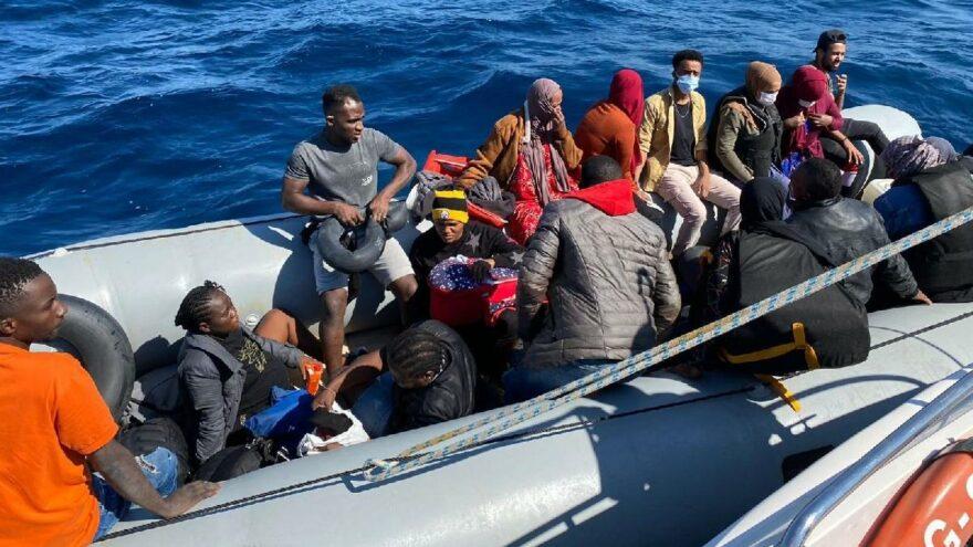 İzmir açıklarında 19 düzensiz göçmen yakalandı