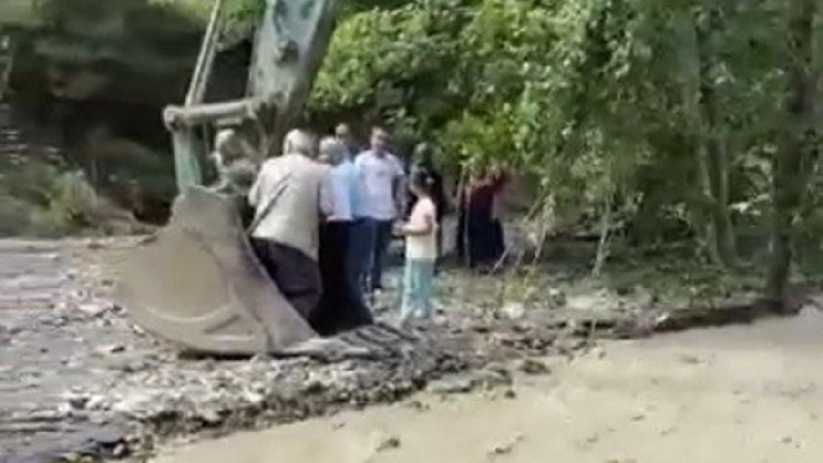 Sel bölgesinde vatandaşlar kepçeyle taşınıyor
