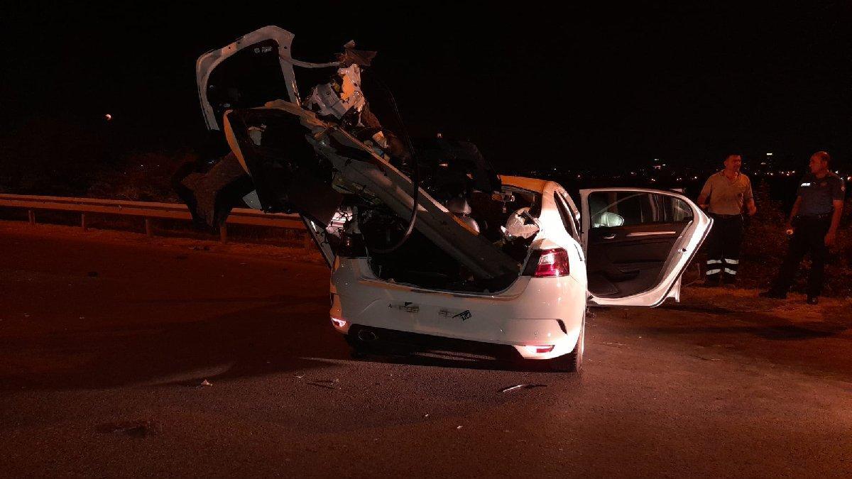 Otomobil bariyerlere ok gibi saplandı: 4 kişi ölümden döndü