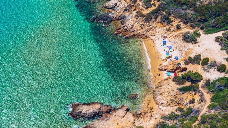 Sardinya adasının kumlarını çalıyorlar