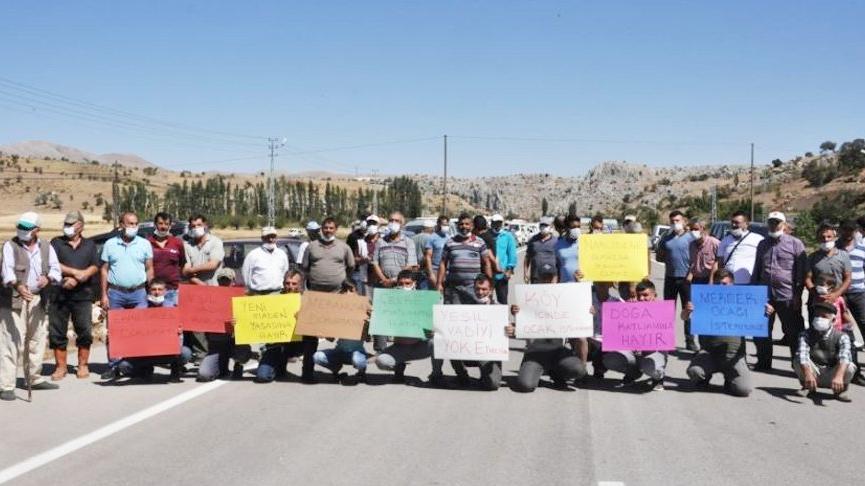 Mermer ocağına karşı çıkan köylüler karayolunu trafiğe kapatarak eylem yaptı