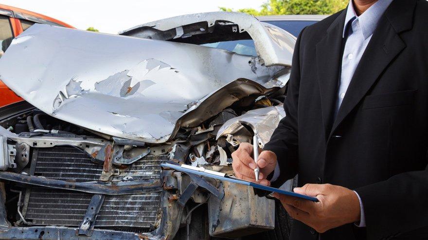 Aracı kaza yapan yaya kalıyor