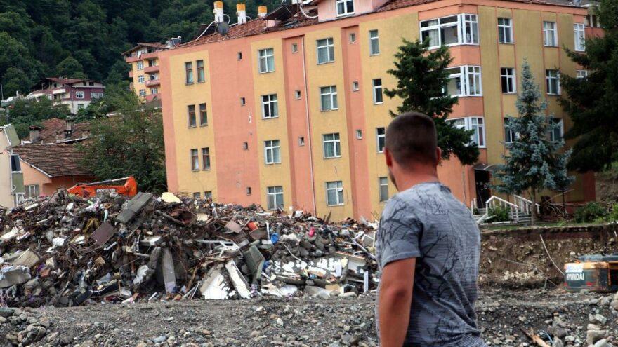 Bozkurt'ta acil yıkım kararı verilen binalar yıkılıyor