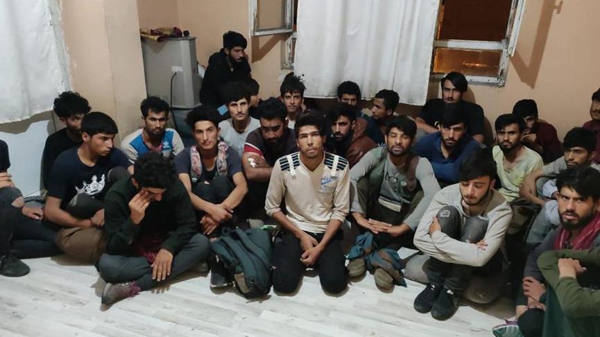 İki dairede saklanan 78 Afgan göçmen yakalandı
