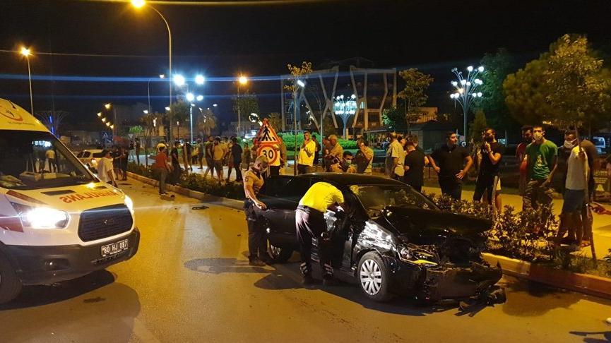 Kontrolden çıkan otomobil, karşı şeride geçip, bir araca ve 3 motosiklete çarptı